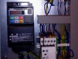Skrzynka z falownikiem skalarnym Omron MX2